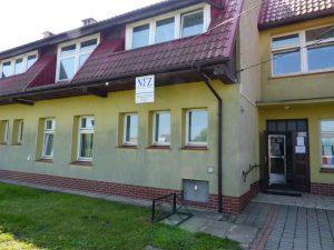 Budynek Ośrodka Zdrowia w Krzelowie widziany od frontu.